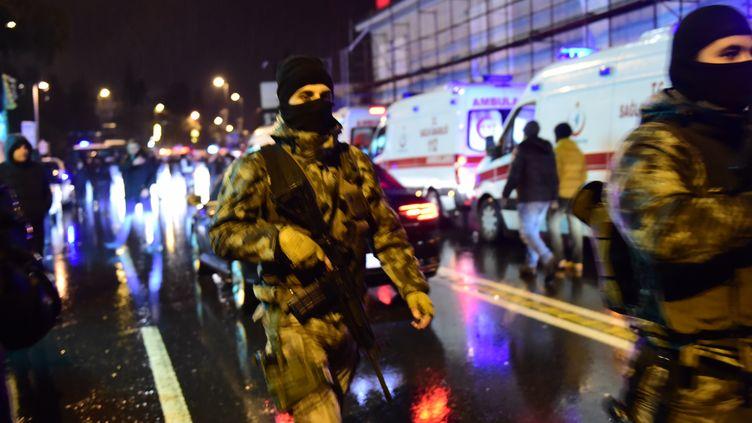 Des membres des forces spéciales turques, à Istanbul (Turquie) après l'attentat survenu dans une discothèque, le 1er janvier 2017. (YASIN AKGUL / AFP)