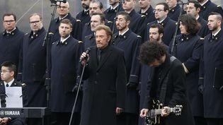 Johnny Hallyday chante Un dimanche de janvier le 10 janvier 2015, place de la République, à Paris. (THOMAS SANSOM / AFP)