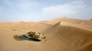Le lacYueyaquan Crescent, une oasis dans le nord-ouest de la Chine, le 12 mai 2013. (ED JONES / AFP)