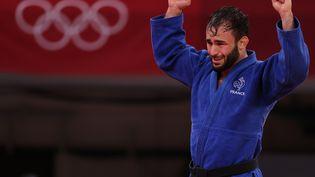 Luka Mkheidze célèbre sa médaille de bronze en judo, le samedi 24 juillet à Tokyo (JACK GUEZ / AFP)