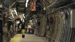 Un employé dans les couloirs du laboratoire expérimental d'enfouissement de déchets nucléaires à Bure (Meuse), le 4 février 2013. (JEAN-CHRISTOPHE VERHAEGEN / AFP)