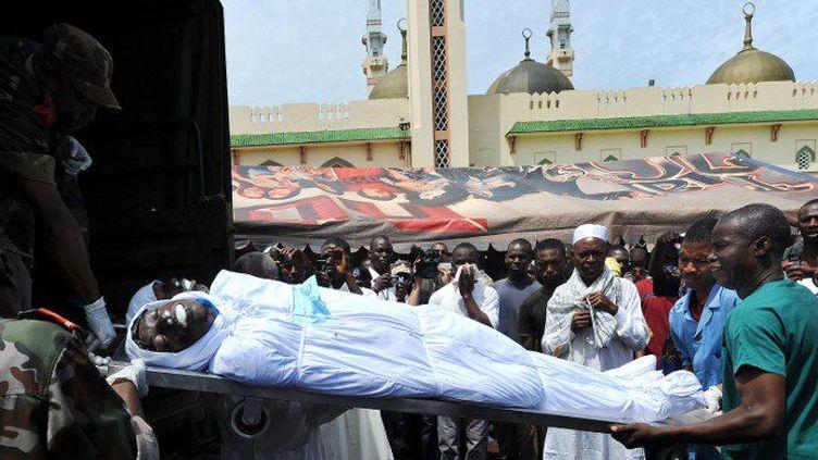 Des Guinéens se recueillent à l'arrivée du corps d'une victime des massacres du 28 septembre devant la grande mosquée de Conakry, le 2 octobre 2009. (Photo AFP/Seylou Diallo)