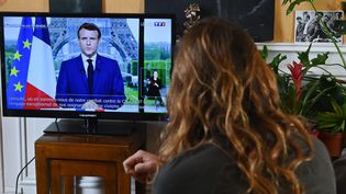 Une Française regarde l'allocution d'Emmanuel Macron le 12 juillet 2021. Photo d'illustration. (FRANCK DUBRAY / MAXPPP)