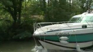 De nombreux Français profitent, partout en France, du long week-end de l'Ascension. Le tourisme fluvial a repris sur le Canal du Midi, il faut juste être initié pour partir en croisière quelques jours. (FRANCE 3)