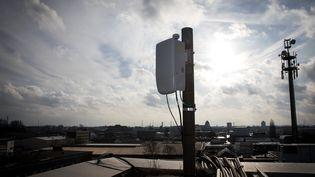 Une antenne 5G, lors d'un test dans le centre de Hambourg (Allemagne). (CHRISTIAN CHARISIUS / DPA / AFP)