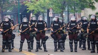 Des policiers américains dans une rue de Minneapolis (Minnesota, Etats-Unis), le 29 mai 2020. (KEREM YUCEL / AFP)