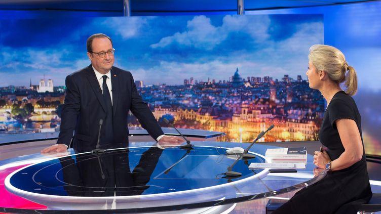 """François Hollande sur le plateau du """"20 heures"""" de France 2, le 10 avril 2018. (DELPHINE GHOSAROSSIAN / FRANCE TELEVISIONS)"""