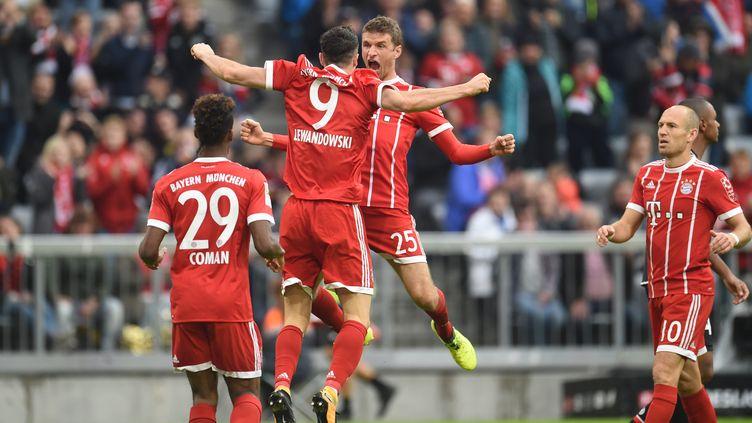 Robert Lewandowski et Thomas Muller se congratulent avec énergie sous les yeux de Robben et Coman (ANDREAS GEBERT / DPA)
