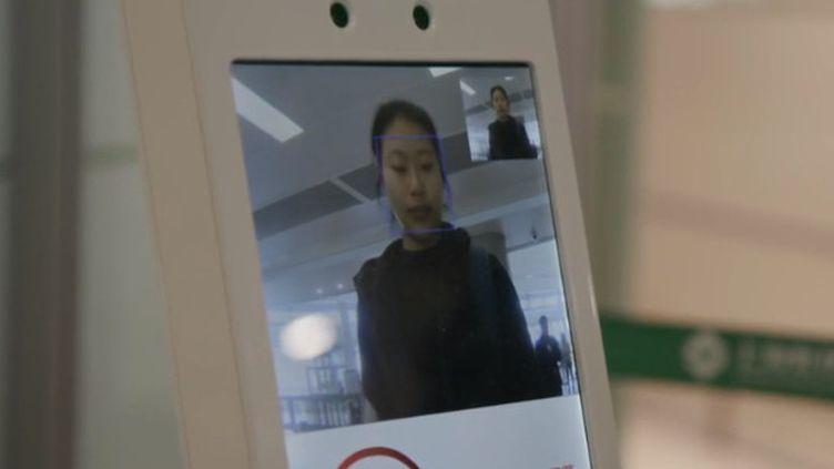 Les aéroports sont un enjeu majeur de sécurité. Régulièrement, de nouveaux dispositifs sont mis en place. La Chine vient ainsi de s'équiper de la reconnaissance faciale. (FRANCE 2)
