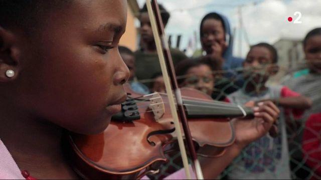Grand format : les violons d'Afrique du Sud contre les fractures sociales