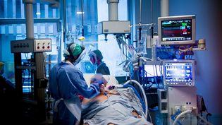 Dansleservice de réanimation de l'hôpital de Brest, un patient atteint du Covid-19 transféré depuis une autre région. (ERWAN L'HER)