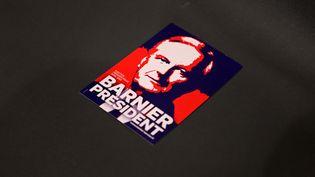 """Une affiche """"Barnier Président"""" lors d'un meeting à Brumath (Bas-Rhin), le 21 octobre 2021. (FREDERICK FLORIN / AFP)"""