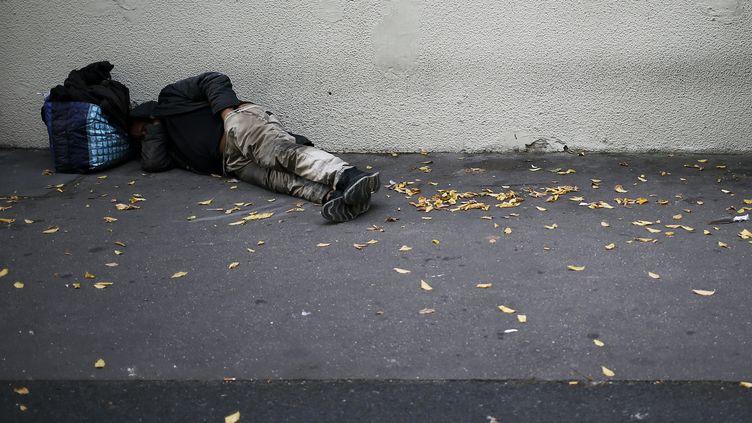 Un homme sans abri dort dans la rue, à Caen (Calvados), le 14 septembre 2018. (CHARLY TRIBALLEAU / AFP)