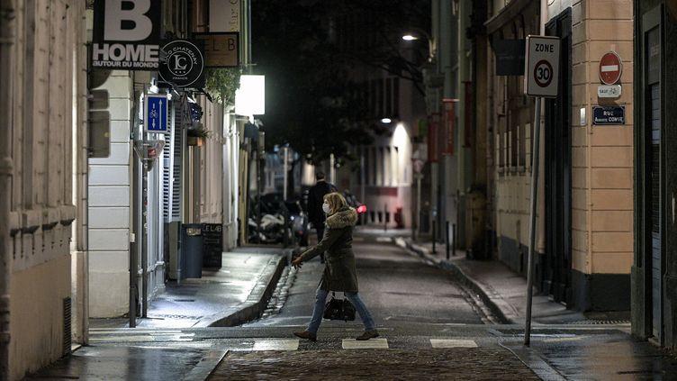 Une femme marche dans les rues de Lyon, le 14 janvier 2021. (MAXIME JEGAT / MAXPPP)