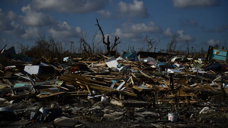 Des débris s'accumulent après le passage de l'ouragan Dorian,sur l'île deGrand Abaco (Bahamas), le 7 septembre 2019. (BRENDAN SMIALOWSKI / AFP)