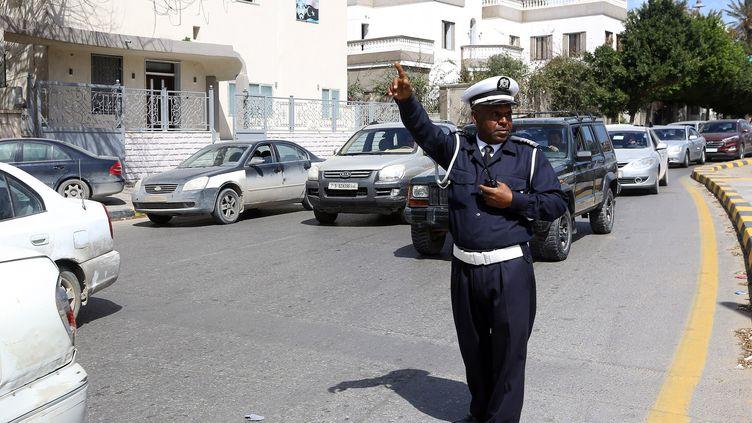 Un policier règle la circulation le 12 mars 2019 sur la place des martyrs à Tripoli, capitale de la Libye, où les routes comptent parmi les plus meurtrières au monde. (MAHMUD TURKIA / AFP)