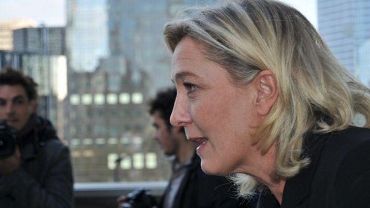 Marine Le Pen devant la banque franco-belge Dexia à Paris, le 17 octobre 2011. (Zaer BELKALAI / citizenside.com)