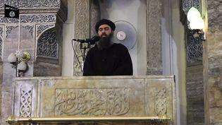 Capture d'écran de la vidéopostée le 5 juillet 2014 sur des sites jihadistes, dans laquelle lechef de l'Etat islamique, Abou Bakr Al-Baghdadi, apparaît pour la première fois. ( YOUTUBE / FRANCETV INFO )