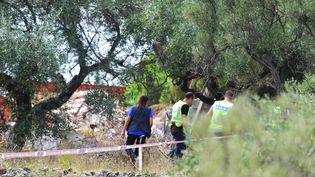 Des officiers de police inspectent les décombres de la maison où les membres présumés de la cellule jihadiste responsable des attentats en Catalogne, préparaient des explosifs, le 20 août 2017, à Alcanar (Espagne). (JOSE JORDAN / AFP)