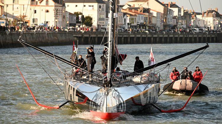 Jérémie Beyou, skipper de Charal, reprend la mer apres avoir réparé son bateau sur le Vendée Globe. (JEROME FOUQUET / MAXPPP)