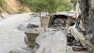 """Les inondations et les glissements de terrain """"ont emporté les routes"""", """"et sous la route, vous avez la fibre optique"""", explique Fabienne Dulac, PDG d'Orange France. (EMMANUEL GRABEY / FRANCE-INFO)"""
