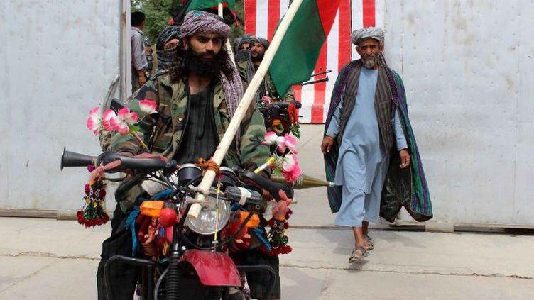 Un groupe de combattants de Cevizcan s'est rendu avec armes et…motos à l'armée afghane ( Farida Amini / Anadolu Agency/AFP)