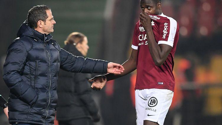 Cheick Diabaté prend des conseils auprès de Philippe Hinschberger lors de la victoire contre Dijon (2-1). (PATRICK HERTZOG / AFP)