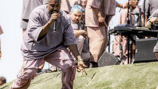 """Le rappeur américain Kanye West durant son concert gospel baptisé """"Sunday Service"""" au festival Coachella (Indio, Californie), le dimanche 21 avril 2019. (RICH FURY / GETTY IMAGES NORTH AMERICA / AFP)"""