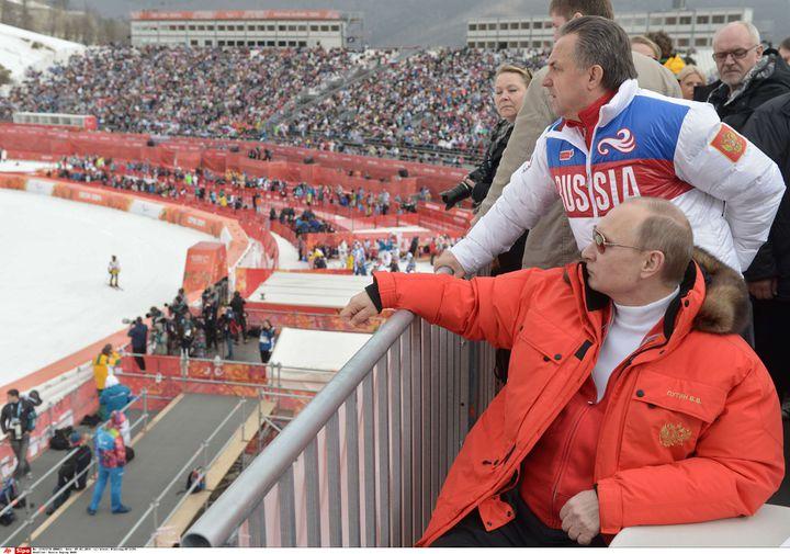 Vladimir Poutine (en rouge) et Vitali Moutko (en blanc) assistent à une épreuve des Jeux paralympiques de Sotchi (Russie), le 8 mars 2014. (ALEXEI NIKOLSKY/AP/SIPA / AP)