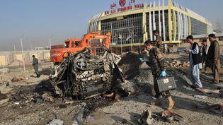 Les restes du véhicule des victimes de l'attentat suicide perpétré à Kaboul (Afghanistan), le 18 septembre 2012. (MASSOUD HOSSAINI / AFP)