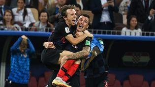 Luka Modric et Mario Mandzukic fêtent la qualification de la Croatie face à l'Angleterre, le 11 juillet 2018, à Moscou. (MANAN VATSYAYANA / AFP)