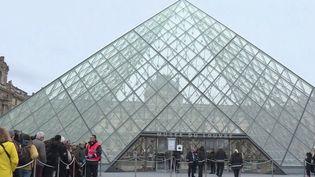 Les salariés du Louvre (Paris) ont voulu utiliser leur droit de retrait et les portes du musée sont restées fermées dimanche 1er mars. (France 2)
