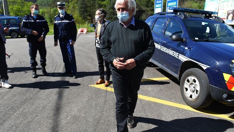 Bernard Mounier (au centre), maire du village les Plantiers, lors de la recherche d'un homme qui a abattu deux personnes dans une scierie des Cévennes, le 12 mai 2021. (SYLVAIN THOMAS / AFP)
