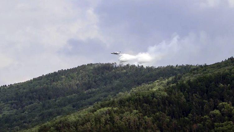Un avion bombardier d'eau survole des forêts de Sibérie, le 10 juillet 2020. (AP/SIPA)
