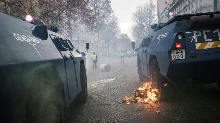 """La manifestation des """"gilets jaunes"""" le 8 décembre 2018 près des Champs-Élysées à Paris. (THOMAS SAMSON / AFP)"""