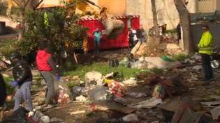 La cité Corot, dans les quartiers nord de Marseille (Bouches-du-Rhône), est une véritable poubelle à ciel ouvert selon les habitants et les élus de la ville. Une grande opération de nettoyage vient d'y être organisée. (France 3)