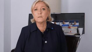 La candidate du FN, Marine Le Pen, s'est adressée aux électeurs de Jean-Luc Mélenchon, vendredi 28 avril 2017, dans une vidéo postée sur Twitter. (MARINE LE PEN / YOUTUBE)