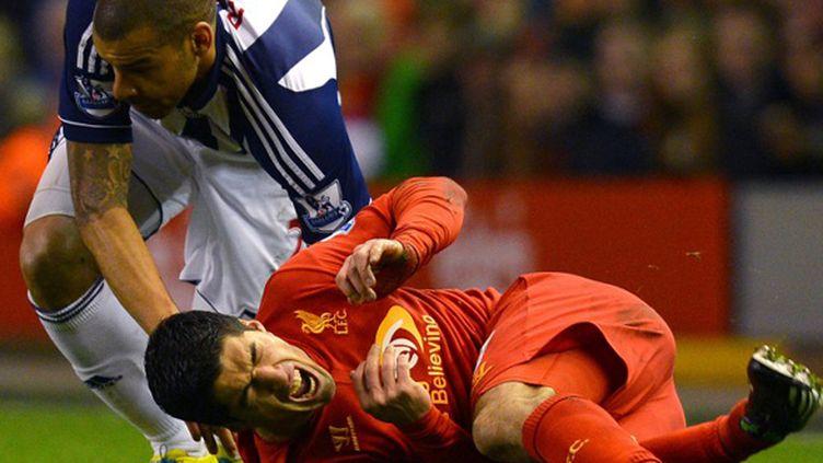 Luis Suarez accroché par Steven Reid (ANDREW YATES / AFP)