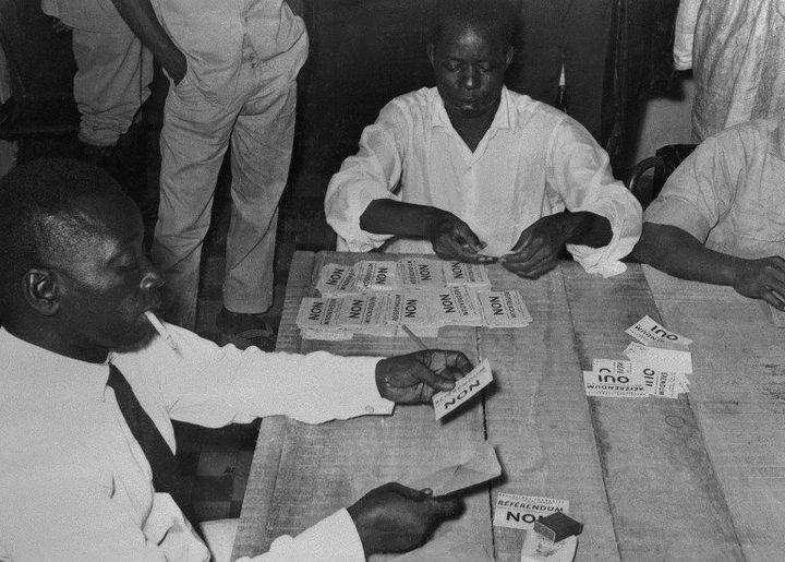 Référendum à Conakry. Les Guinéens décident le 28 septembre 1958 de dire «non» à l'association avec la France et optent pour l'indépendance. (STAFF / AFP)