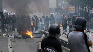 La police face à des casseurs à Sarcelles (Val-d'Oise), dimanche 20 juillet 2014, après une manifestation pro-palestinienne interdite. (PIERRE ANDRIEU / AFP)