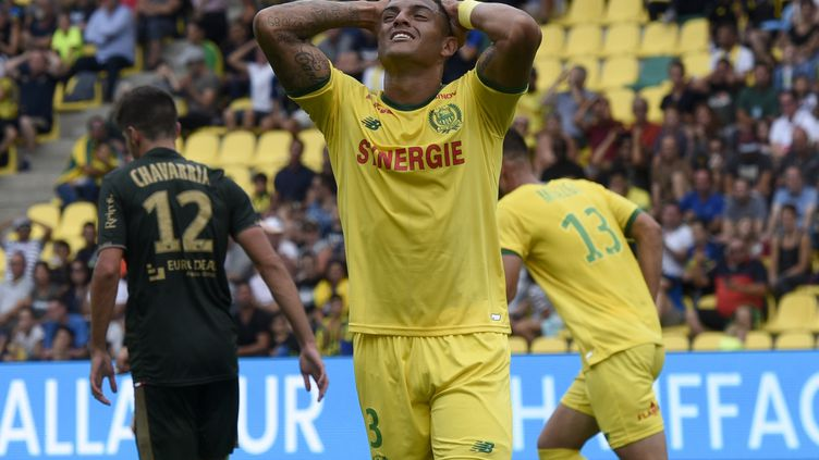 Diego Carlos se prenant la tête lors de la rencontre de Reims. (SEBASTIEN SALOM-GOMIS / AFP)