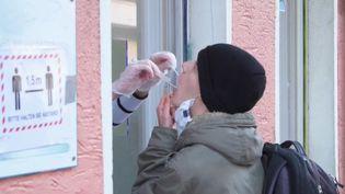 Un test salivaire réalisé en France et diffusé dans un reportage de France 2 le 4 février 2021. (FRANCE 2)