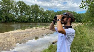 Jonathan Duprix, de la Ligue de Protection des Oiseaux,dans la réserve naturelle du Val d'Allier - Juillet 2021 (BORIS LOUMAGNE / FRANCEINFO / RADIO FRANCE)