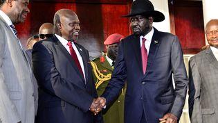 """Les deux principaux protagonistes de la situation au Soudan du Sud, Riek Machar (à gauche), leader du """"Mouvement populaire de libération du Sud-Soudan dans l'opposition"""" (SPLM-IO), et le président sud-soudanais Salva Kiir, se rencontrent à Entebbe (Ouganda) le 7 novembre 2019. (REUTERS - STRINGER . / X80002)"""