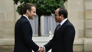 Poignée de mains entre le président français, Emmanuel Macron, et son homologue égyptien,Abdel Fattah al-Sissi, le 24 octobre 2017 lors de la visite de ce dernier à Paris. (PHILIPPE LOPEZ / AFP)
