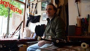 Alan Waldron, propriétaire du magasin Stirling Bagpipes, pose dans sa boutique, le 20 juin 2016, à Stirling (Royaume-Uni). (YANN THOMPSON / FRANCETV INFO)