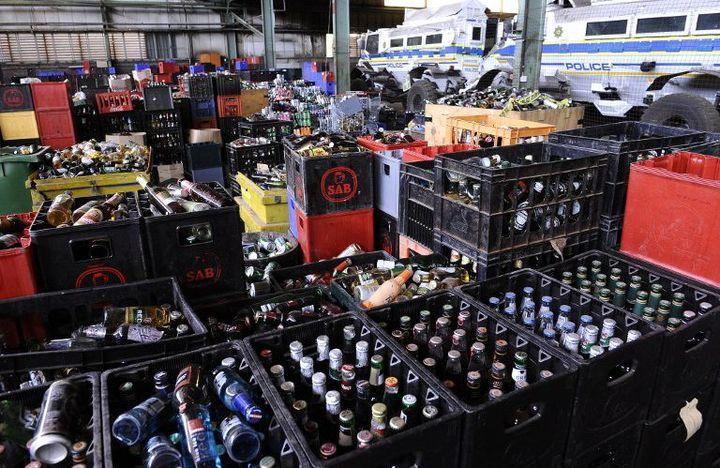 Des caisses de boissons alcoolisées confisquées par la police dans des bars illégaux de la région de Johannesburg (Photo AFP/Stéphane De Sakutin)