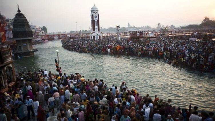Pélerins Hindous sur les bords de la rivière du Gange à Haridwar pendant le festival Kumbh Mela le 13 avril (AFP / PHOTO PEDRO UGARTE)