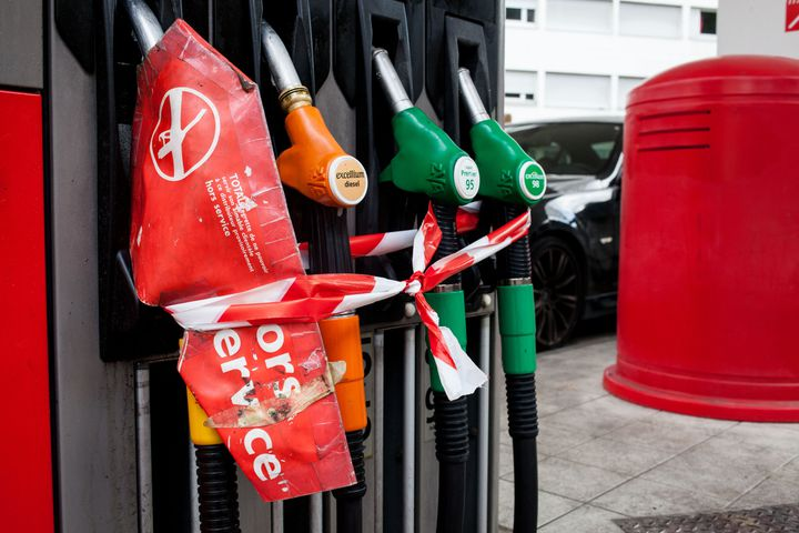 Une station-service en pénurie de carburant, à Paris, le 25 mai 2016. (RODRIGO AVELLANEDA / ANADOLU AGENCY / AFP)