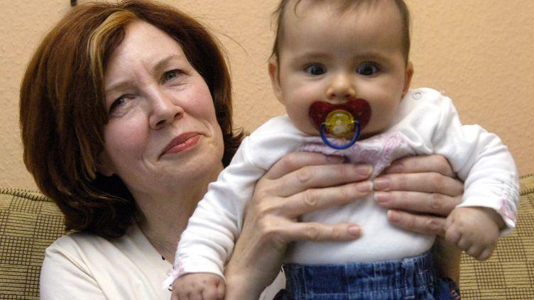 A 55 ans, Annegret Roenigk posait avec sa fille Lélia,le 3 Novembre 2005. C'était son 13e enfant engendré alors naturellement. (PATRICK LUX / DPA / AFP)